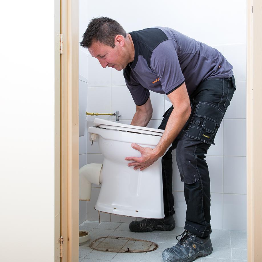 Weghalen oud sanitair bij toiletrenovatie